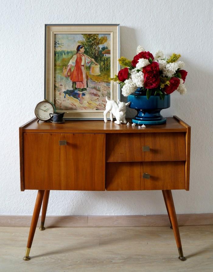 Vintage Nachttisch, Vase mit Blumen, Wecker, Bild, kleine Souvenire, Einrichtungsideen fürs Schlafzimmer