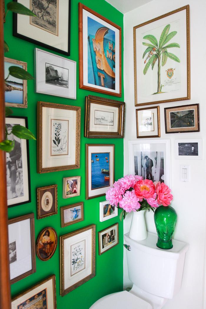 Vintage Style, eine Wand in Grün, viele Bilder und Fotos, Vasen mit Blumen