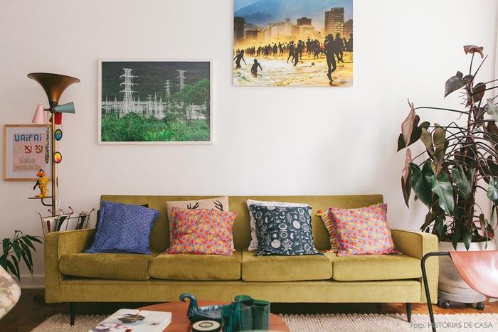 Vintage Wohnzimmer, schöne Einrichtungsideen, grünes Sofa, bunte Deko Kissen, Zimmerpflanzen