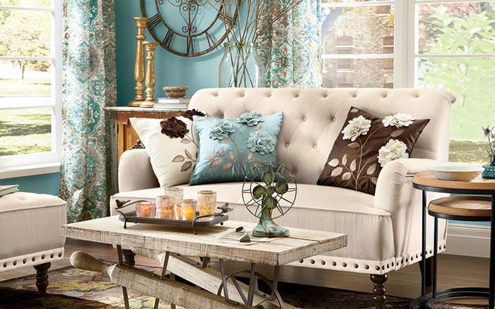 Vintage Wohnzimmer, romantischen Look schaffen, Deko Kissen mit Blumenmuster, Holztisch, Kerzenhalter, Retro Ventilator