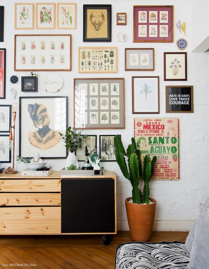 Vintage Einrichtung, Holzkommode, Kaktus, viele Bilder an der Wand, Retro Look