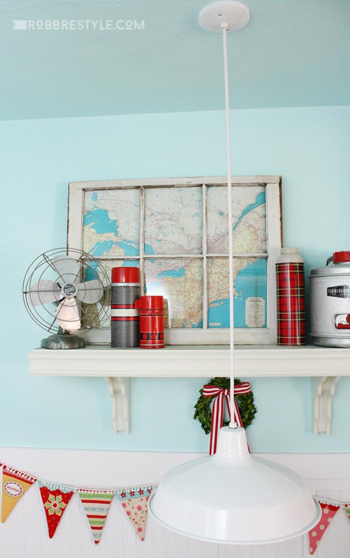 Vintage Lampe, Weltkarte, Ventilator und Thermosflaschen, hellblau, schöne Einrichtungsideen