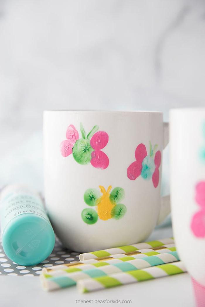 Weiße simple Tassen mit Kindern verzieren, Schmetterlinge aus Fingerabdrücken