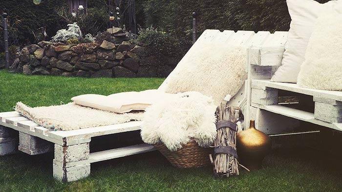 hier ist ein schöner moderner liegestuhl aus alten weißen europaletten - für den garten