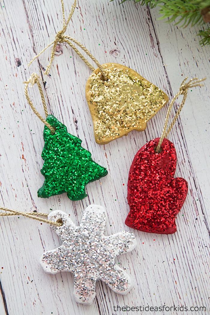 Weihnachtsschmuck mit Kindern basteln, Anhänger aus Teig mit Glitzer verzieren, Schneeflocke Glocke Tannenbaum und Handschuh