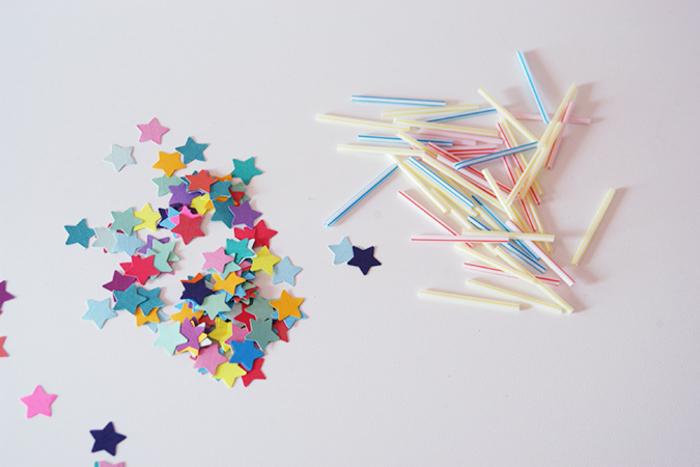 bunte Girlande mit Kindern basteln, Materialien: Strohhalm, Faden, kleine Papier-Sterne