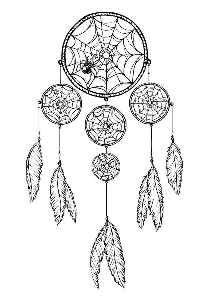 werfen sie einen blick auf diese idee für einen tollen tattoo mit einem schwarzen traumfänger, einer kleinen schwarzen spinne und weißen langen federn