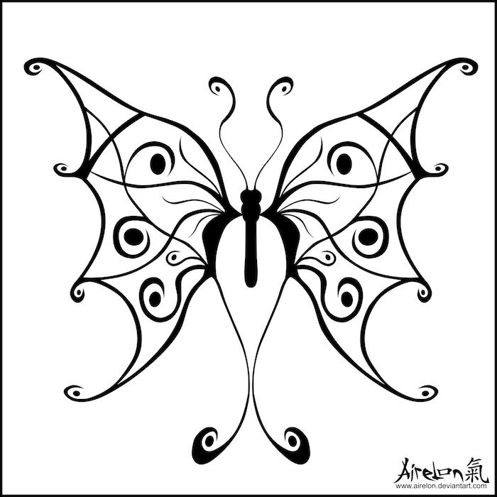 ein schwarzer großer schmetterlingmit märchenhaften flügeln - eine idee zum thema tattoo schmetterlinge
