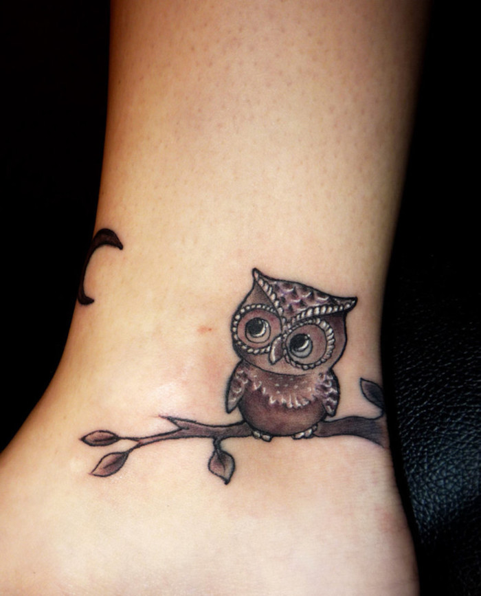 ein kleiner winziger owl tattoo - hier ist eine eule und ein ast mit blättern
