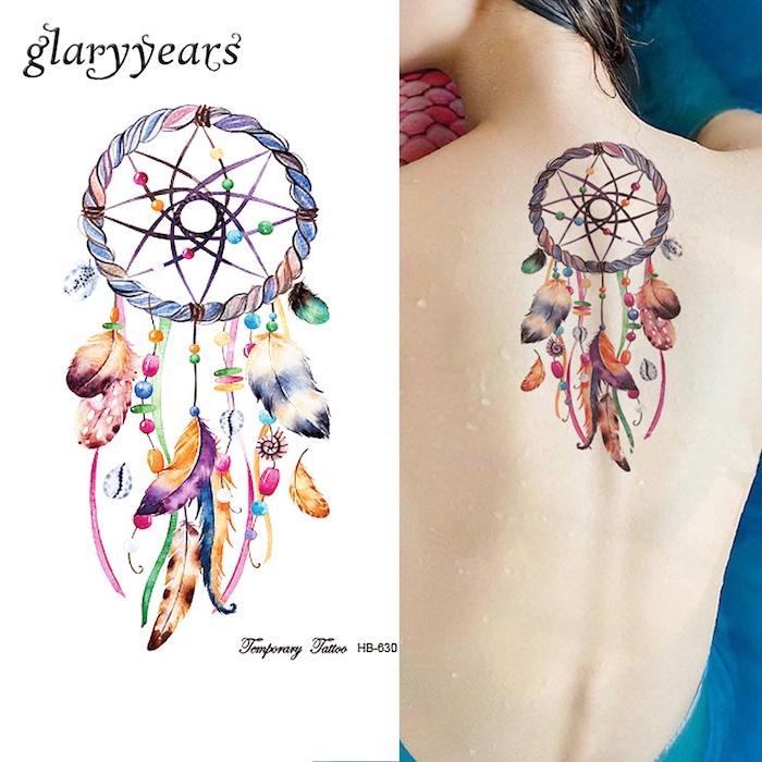 eine frau mit einem bunten tattoo auf dem nnacken - mit einem bunten schönen traumfänger mit verschiedenen federn