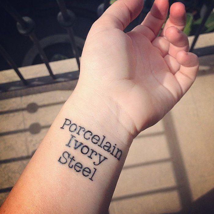 noch ein ausgefallener schöner schwarzer tattoo auf dem handgelenk schriften tattoo