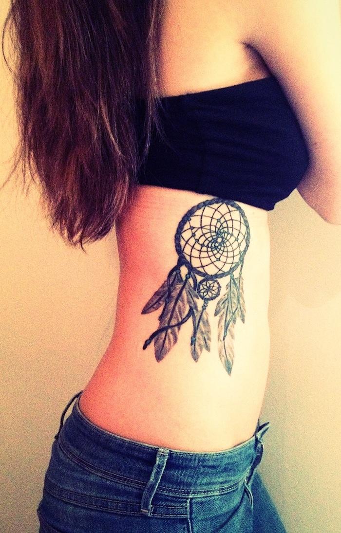 idee für tattoo für frauen mit einem schwarzen dreamcatcher mit langen weißen federn