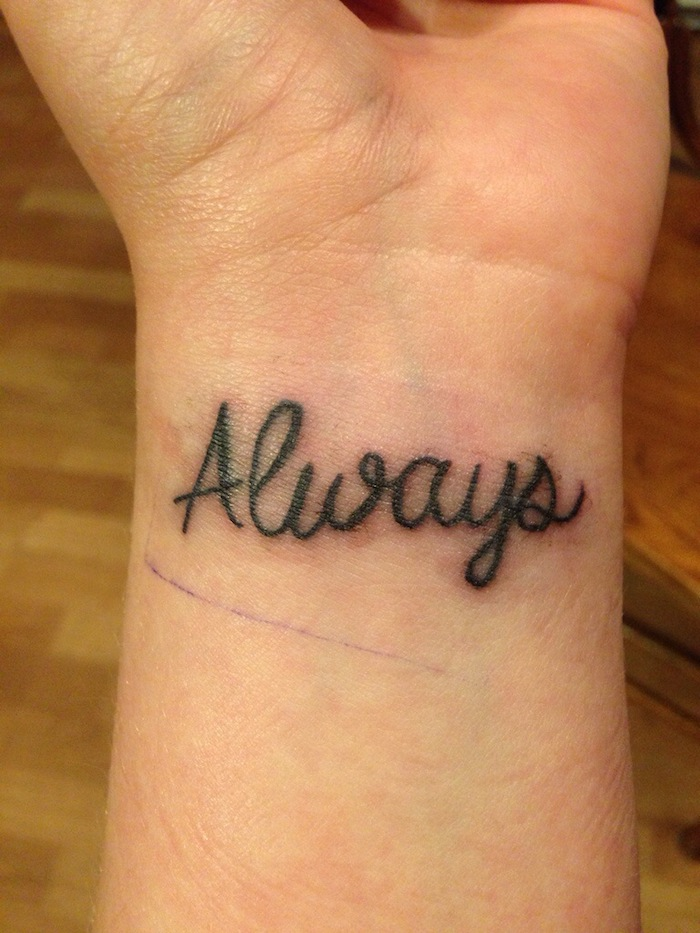 ein kleiner schwarzer tattoo mit schwarzen überschriften auf dem handgelenk - werfen sie einen blick auf diese idee zum thema schrift tattoo