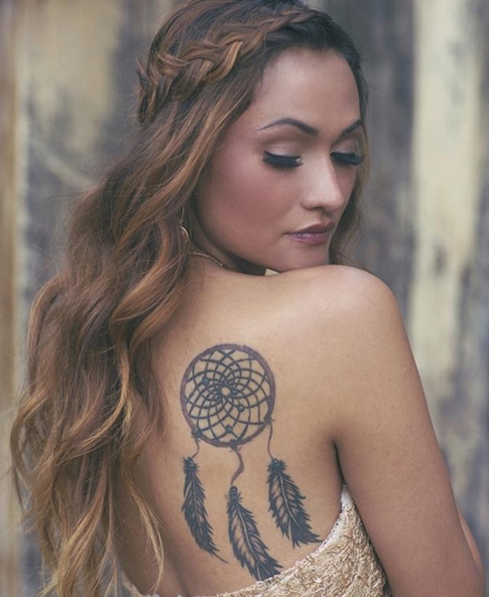 toller schöner traumfäner tattoo mit drei langen schwarzen federn auf dem schulterblatt einer jungen frau
