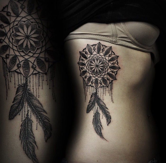 ausgefallene idee für einen schwarzen tattoo traumfänger mit drei langen schwarzen federn