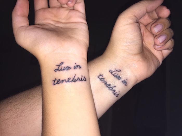 zwei hönde und zwei tätowierungen - ideen für kleine schwarze tattoos auf dem handgelenk