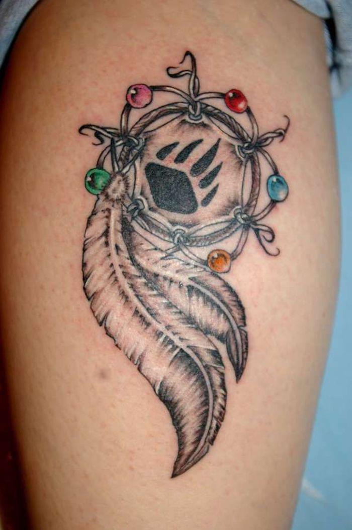 hier finden sie eine idee für einen kleinen tattoo dreamcatcher mit einem traumfänger und mit zwei weißen federn