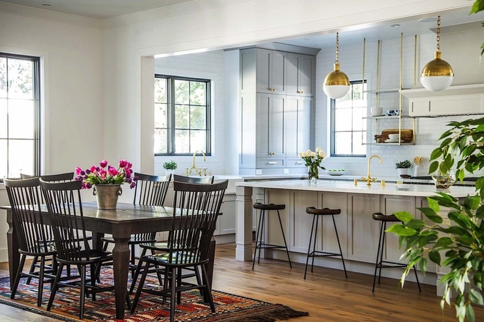 eine gemütliche Atmosphäre in Wohnzimmer schaffen, Holztisch und -Stühle, Vintage Lampen