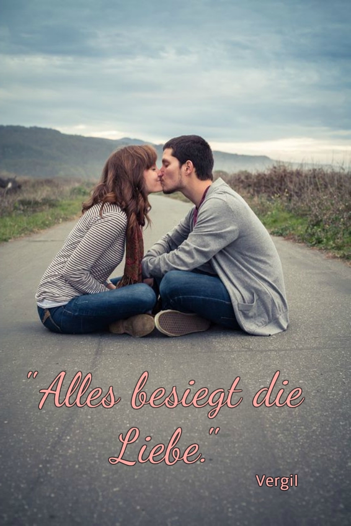 ein mann und eine frau, die auf der straße sitzen und die sich küssen, und ein kurzer liebesspruch von vergil