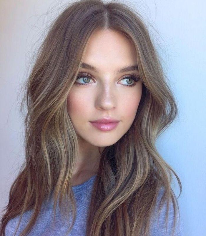 rotwangiges Mädchen mit grau-blauen Augen und dicken Lippen