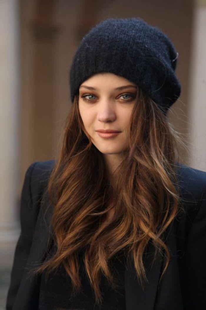 schwarzer Wintermantel, Hut aus Wolle, Schokoladen Haare, brauner Lippenstift