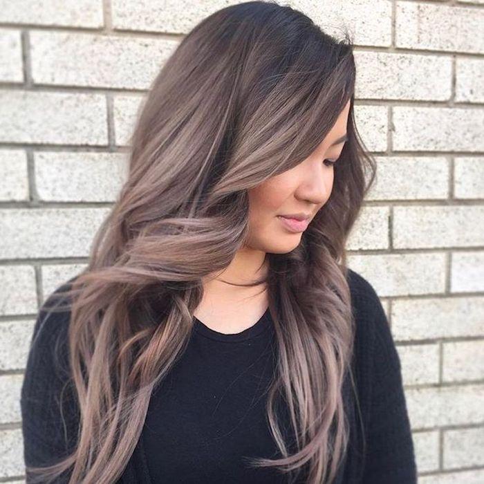 kühle Brauntöne mit schwarzem Ansatz, Frisur mit Locken, Wandverkleidung