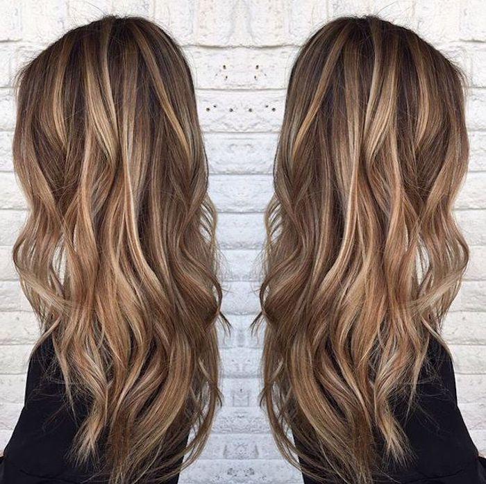 braune Haare mit blonden Strähnen, schwarze Bluse mit langen Ärmeln