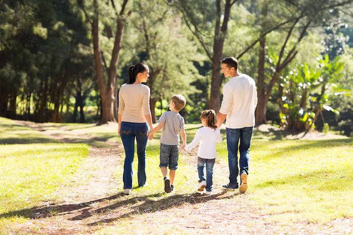 Umweltschutz beginnt in der Familie, Familienspaziergang im Wald