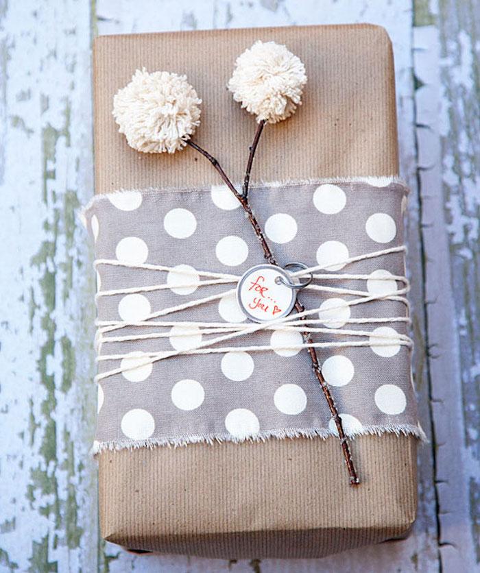 DIY Geschenkverpackung aus braunem Papier und Stoff, Pusteblumen Deko
