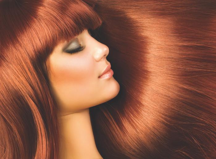äußerst schöne Frau mit Kupfer Haaren, Pony, graue Augenschatten