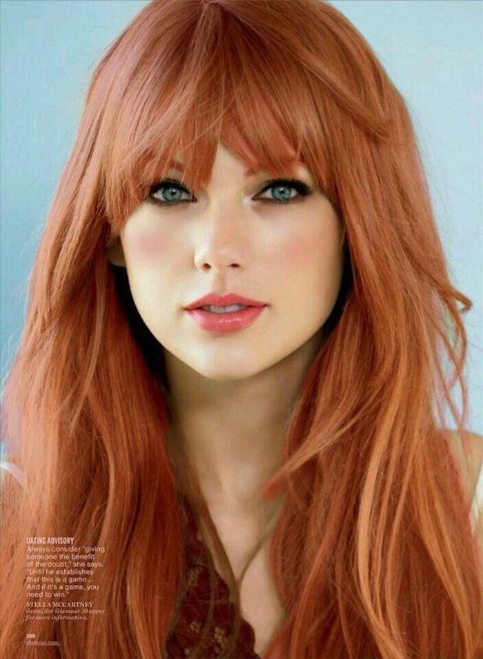 Taylor Swift mit langen Haaren und Ponyfrisur, rote Haare, blau-graue Augen