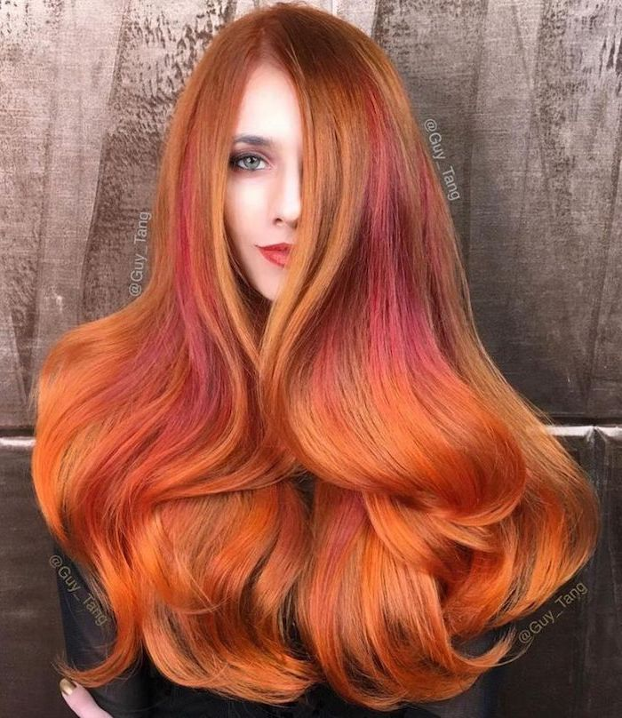 eine Kombination aus Kupfernuancen, rot-lila Strähnen und orangen Spitzen