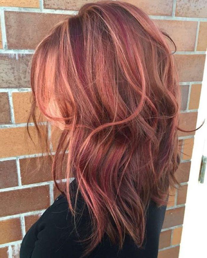 mittellange Haare in rötlichen Nuancen, vermischt mit Kupfer und Lila