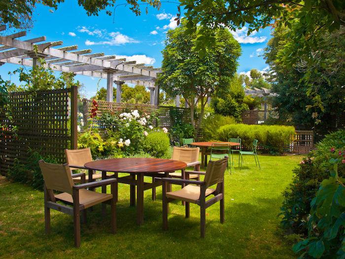 gartengestaltung ideen, kleiner hintergarten mit raigras und gartenmöbel aus holz