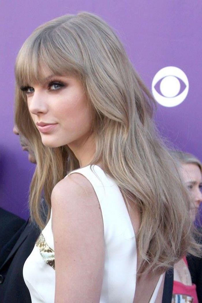 Taylor Swift mit langen Aschenblonden, fast grauen Haaren mit Ponyfrisur