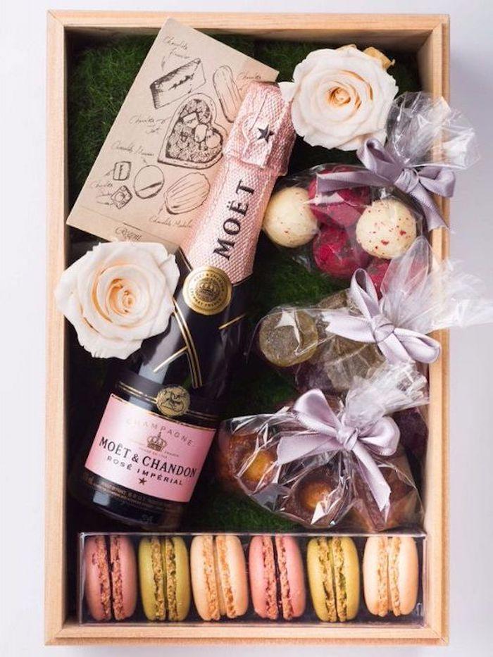 DIY Geschenkbox mit Süßigkeiten, Wein, Blumen und einer Geburtstagskarte
