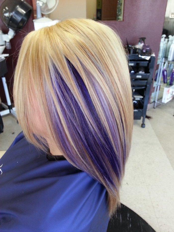 Goldblond mit lila Strähnen, blond-lila Haare, Friseur, frei fallende Strähne