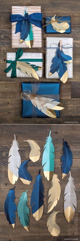 Geschenke in Zeitungspapier einpacken und mit gefärbten Federn dekorieren