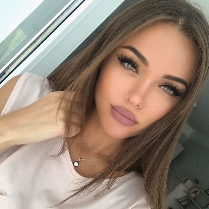 sehr lange Wimpern, aschenrosa Lippenstift, goldener Halsschmuck