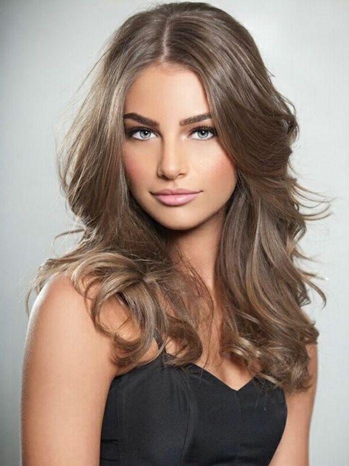 grau-braune Haare mit großen Locken, helle Augen, rosa Rouge
