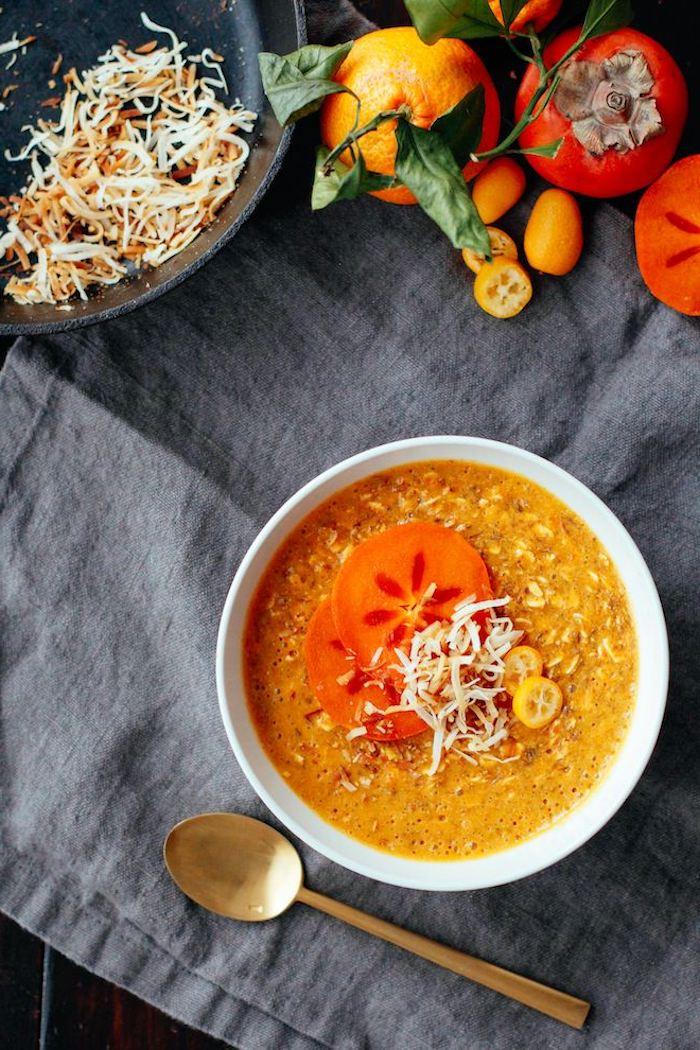 kaki frucht, suppe mit sharonfrüchten und gemüse, gesundes essen