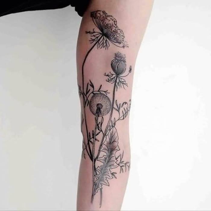 tattoo symbole, große tätowierung mit blumen, löwenzahn tattoo
