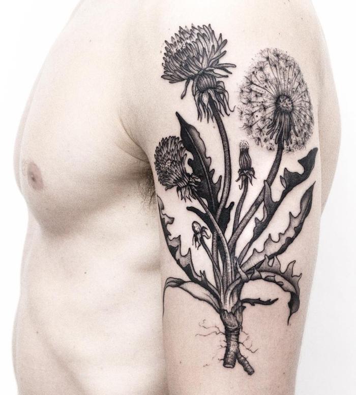 tattoos mit bedeutung, mann mit großer tätowierung in schwarz und grau am oberarm