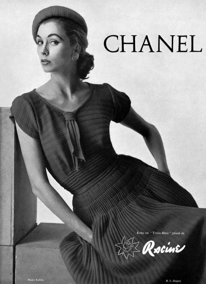 Chanel Kleidersammlung 50er Jahre, langes Plisseekleid, Plisseehut, Pferdeschwanz