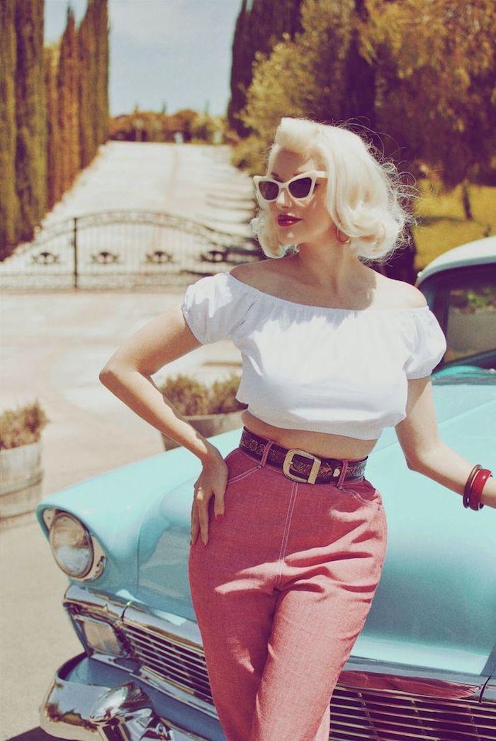 À la Marilyn Monroe Look, Monroe Frisur, blaues Auto, USA Landgut