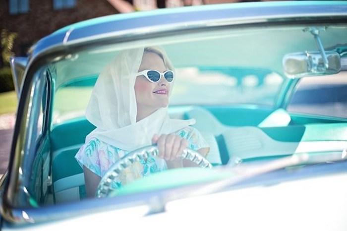 vintage Stil nachahmen, eine Frau fährt Auto, weiße Katzenbrille, Retro Auto