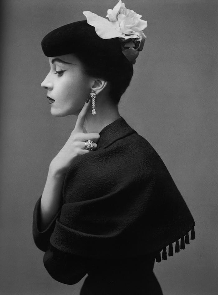 50er Kleider für Damen, schwarzer Schall aus Wolle, Hut mit Blume, lange Augenbrauen