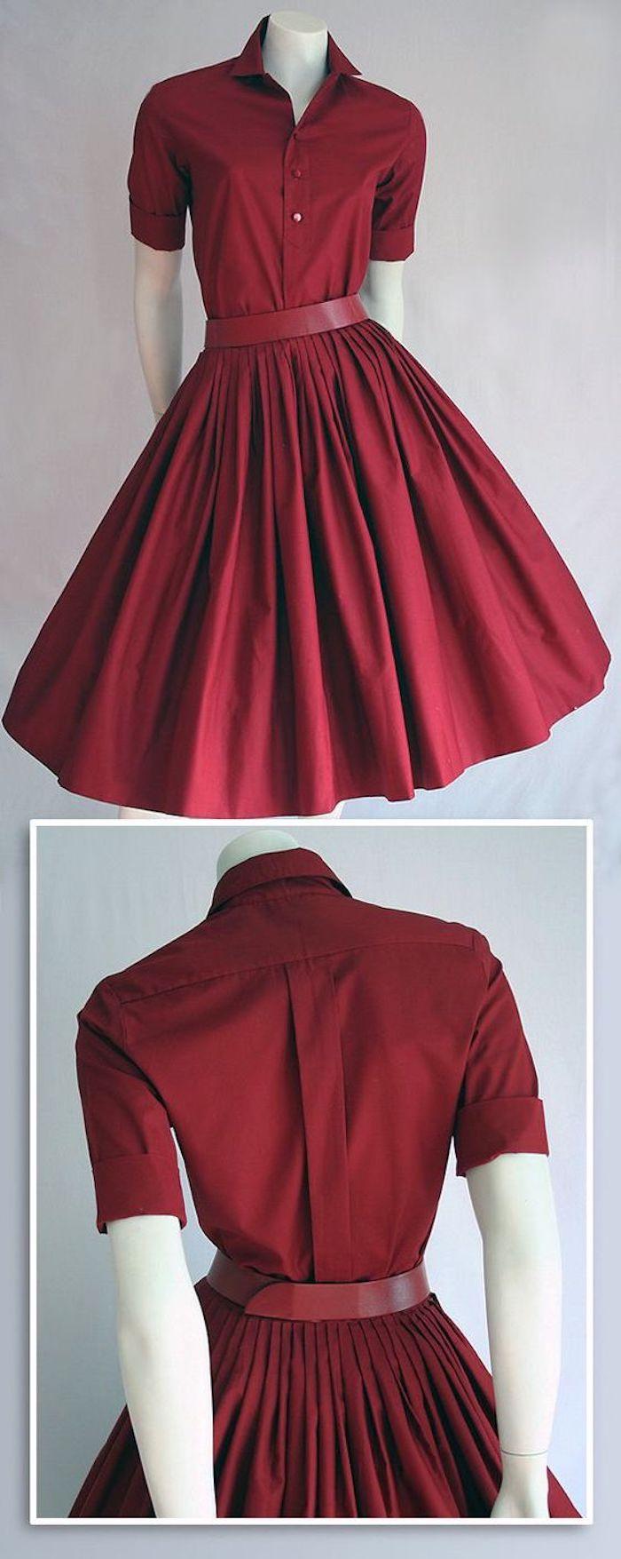 knielanges Kleid in Weinrot mit Plissee und Hemdkragen, roter Kleidergürtel