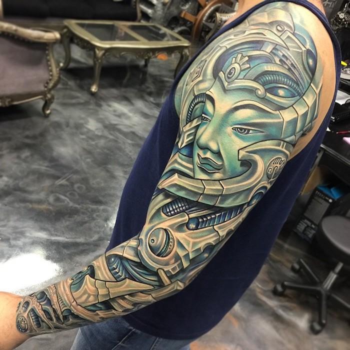 mann mit großem biomechanik tattoo mit buddha-motiv, biomechanisches tattoo