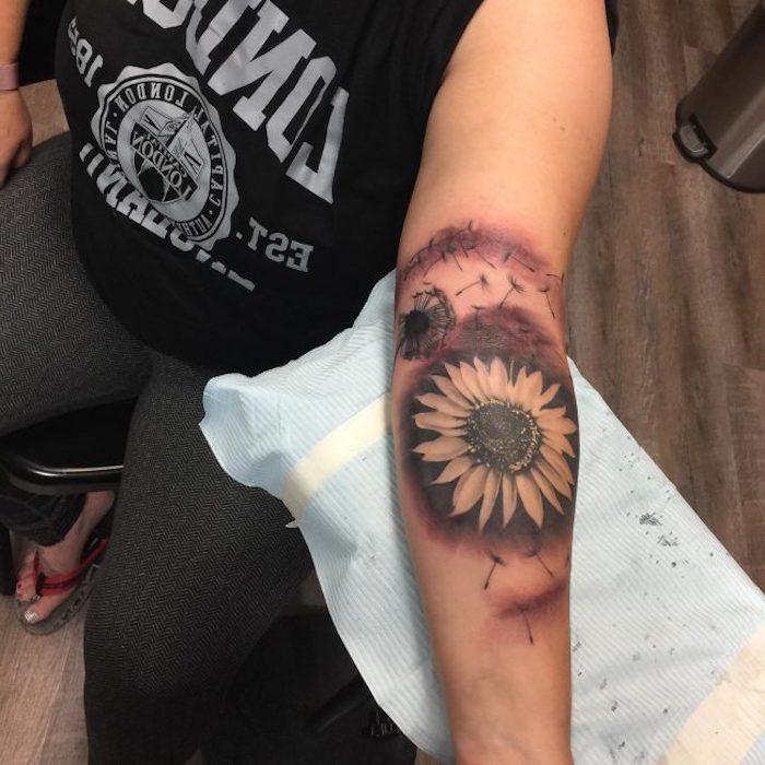 pusteblume tattoo in kombination mit sonnenblumen-motiv, arm tätowieren